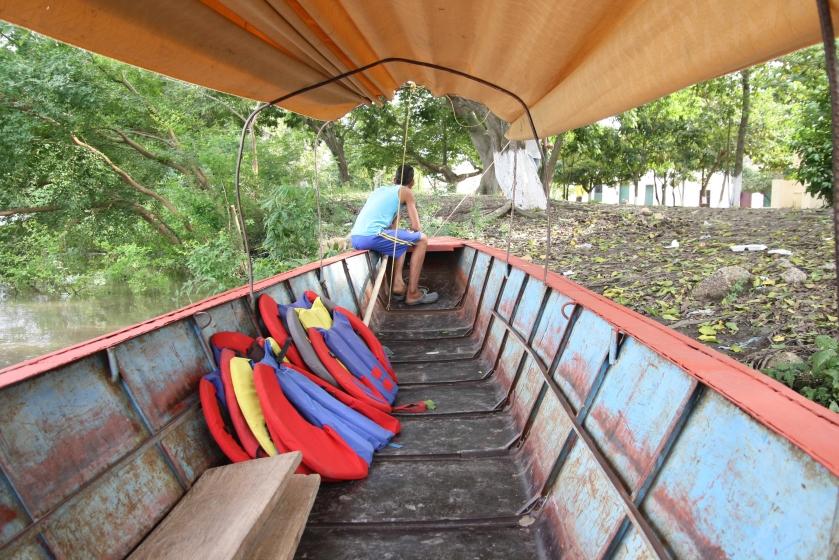 W oczekiwaniu na innych turystów, żeby popłynąć na wycieczkę po rzece.